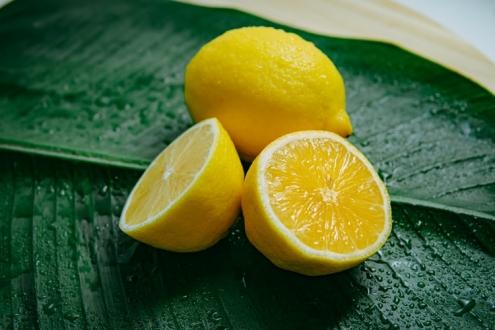 Ciltteki lekeler için bal ve limon maskesi