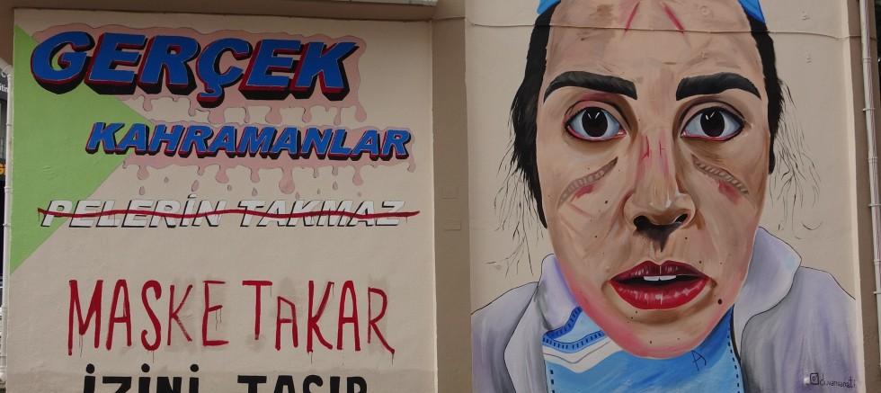 Maskeden yüzü iz olan sağlık çalışanı, trafoya resmedildi